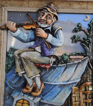 פיסול כנר על הגג של אוקסנה קופריוחין